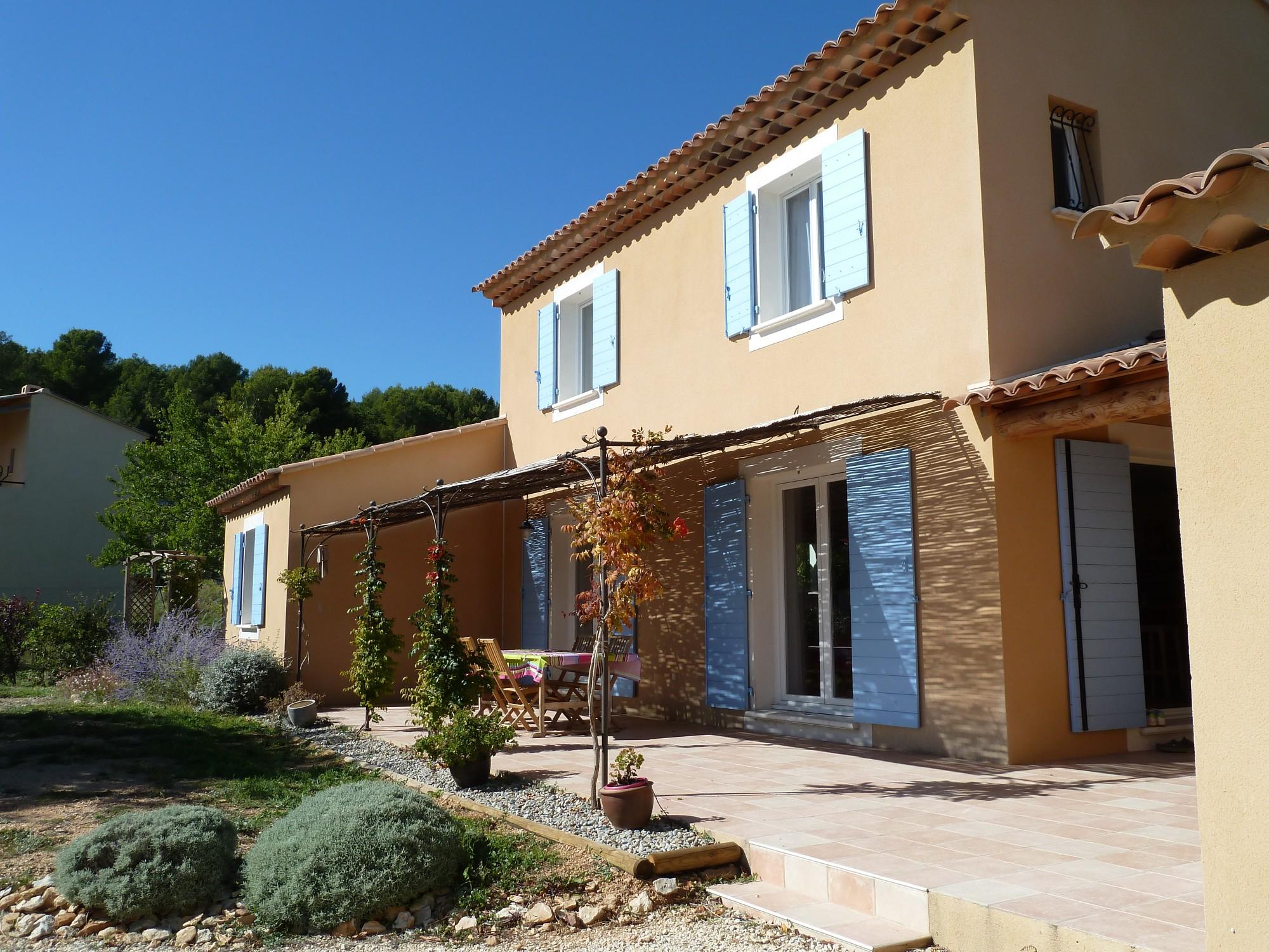 Villa traditionnelle dans le style provençal avec terrasse et tonnelle
