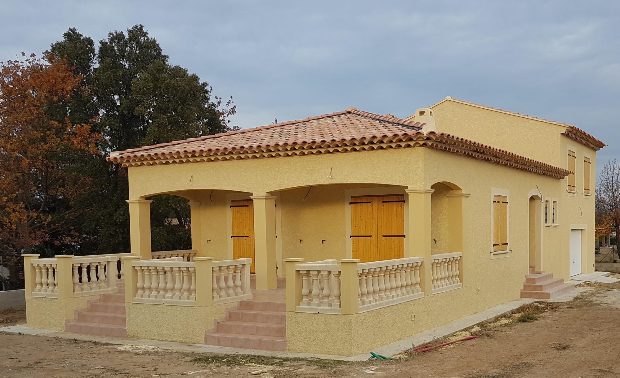 Construction d\'une villa traditionnelle avec grande terrasse ...